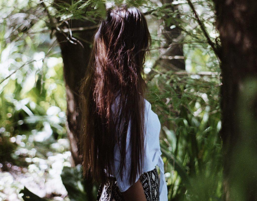 Saonah van eenveganmeisje in de natuur